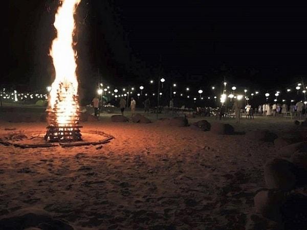 Hoạt động đốt lửa trại độc đáo trên bãi biển